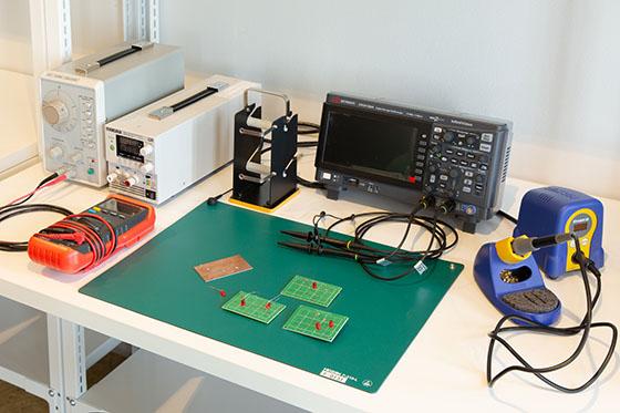 オシロコープ(70MHz、2ch)、半田こて 直流安定化電源(18V5A)、低周波発振器